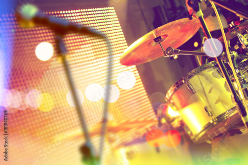 Fotobehang Muziek Bateria en el escenario.Concierto y eventos.Festival de música.Entretenimiento y actividades de ocio.Actuación de la banda de música
