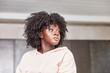 Junge afrikanische Plus Size Frau mit Afro