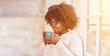 Junge afrikanische Frau trinkt Kaffee morgens