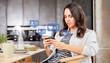 Frau schaut auf Social Media Kommentare auf Smartphone