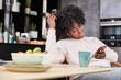 Frau liest Social Network Chat auf Smartphone