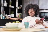 Afrikanische Frau mit Smartphone hört Musik - 181953592