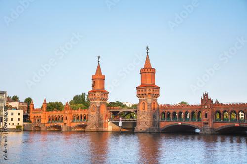 In de dag Berlijn Oberbaum bridge in Berlin