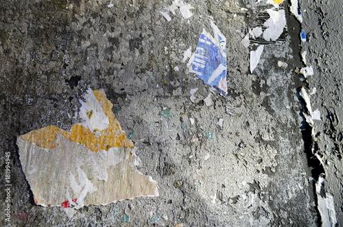 Tuinposter Baksteen muur Plakatreste auf alterMauer