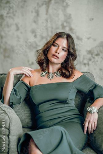 Aluminium Kapsalon Frau im Abendkleid auf Couch