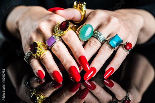 たくさんの指輪を付けた女性の手 Poster