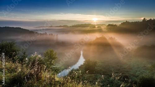 Zadziwiający wschód słońca przy mgłową doliną w jesieni, Europa