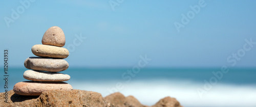 Foto op Plexiglas Stenen in het Zand Pyramid of stones on the shore of the blue sea, harmony, panoramic