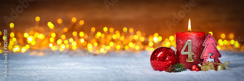 Keuken foto achterwand Hoogte schaal Vierter Advent schnee panorama Kerze mit Zahl dekoriert weihnachten Aventszeit holz hintergrund lichter bokeh / fourth sunday advent
