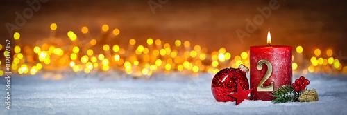 Tuinposter Hoogte schaal Zweiter Advent schnee panorama Kerze mit Zahl dekoriert weihnachten Aventszeit holz hintergrund lichter bokeh / second sunday advent