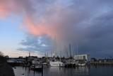 malerischer Abendhimmel mit angestrahlten Wolken, Schiffswerft in Kiel Friedrichsort - 182075772