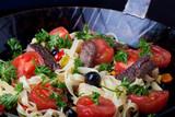 frische Pasta mit Tomaten und Oliven in einer Pfanne - 182078341