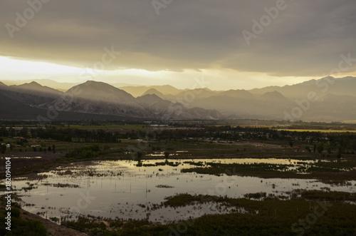 In de dag Grijs MOUNTAIN AND LAKE SUNSET