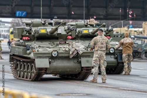 Ryscy LV, LISTOPAD, - 18, 2017: Militarna parada dla 99th rocznicy Łotewskiej republiki proklamacja - zbiornik
