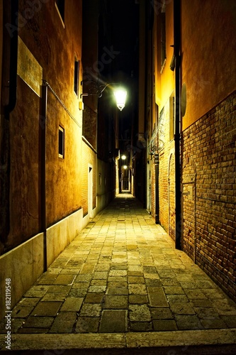 Poster Smal steegje Empty Venice Alley at Night