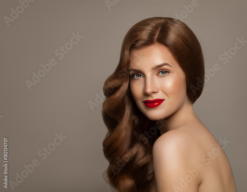 Aluminium Kapsalon Young Woman with Natural Healthy Hair and Makeup, Portrait