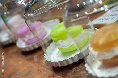 Deurstickers Macarons savons en forme de macarons au marché de noël