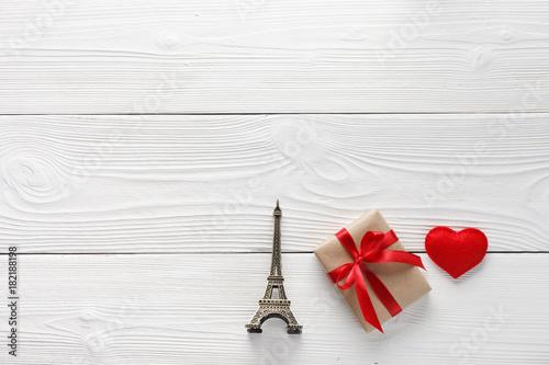 Plexiglas Eiffeltoren Eiffel tower and gifts on table