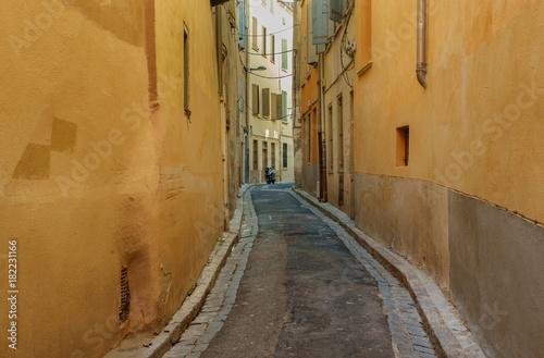 Plexiglas Smalle straatjes A narrow street in the European city.