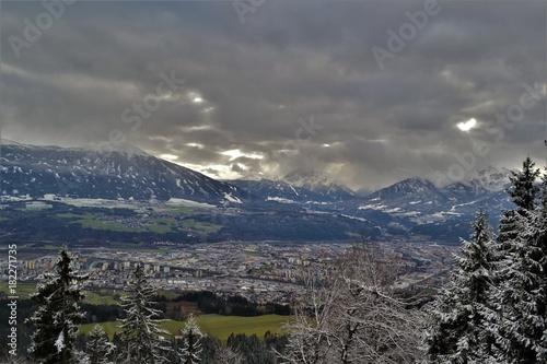 In de dag Grijs Innsbruck und Berglandschaft im Winter