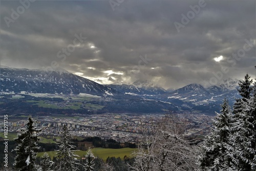 Foto op Canvas Grijs Innsbruck und Berglandschaft im Winter