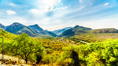 Fototapeta View of the Valley of the Elephant with the village of Twenyane along the Olifant River in Mpumalanga Province in northern South Africa