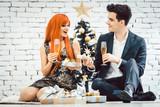 Paar trinkt Sekt an Weihnachten - 182296943