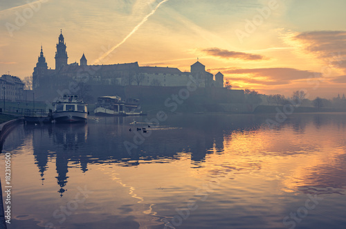 Papiers peints Cracovie Krakow, Poland, Wawel Castle and Wawel cathedral in the morning over Vistula river