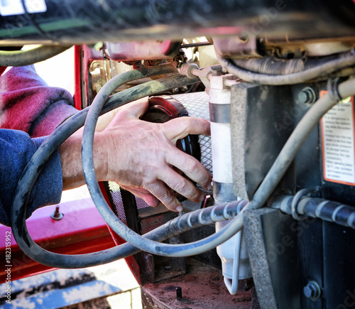 mata magnetyczna Mechanic installing new air filter in large tractor