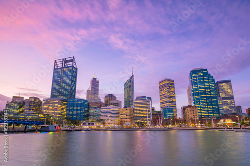 Plexiglas Zwaan Downtown Perth skyline in Australia