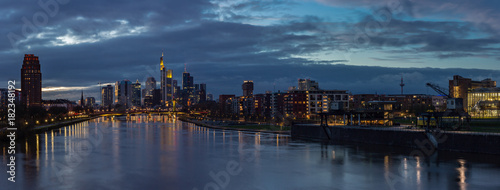 Foto op Aluminium Panoramafoto s Frankfurt Main River Skyline Panorama