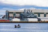 Angler vor einem Kriegsschiff im Dock in Kiel - 182352532