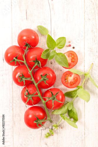 Plexiglas Kersen fresh tomatoes and basil