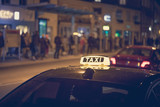 Taxis am Straßenrand, belebte Stadt - 182375114