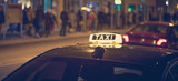 Taxis am Straßenrand, belebte Stadt, Breitbild