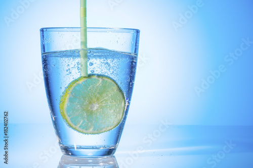 Deurstickers Water water glass and lime