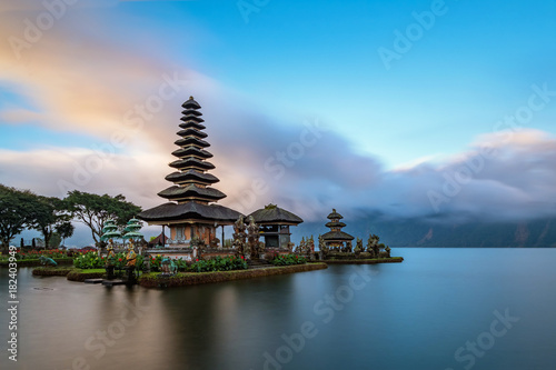 In de dag Bali Ulun Danu Beratan Temple is a famous landmark located on the western side of the Beratan Lake , Bali ,Indonesia.