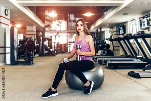 Póster Long hair pretty girl training in the gym
