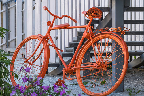 Aluminium Fiets flowers and painted in orange color bike