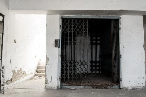 Aluminium Oude verlaten gebouwen Old abandoned doors of elevator