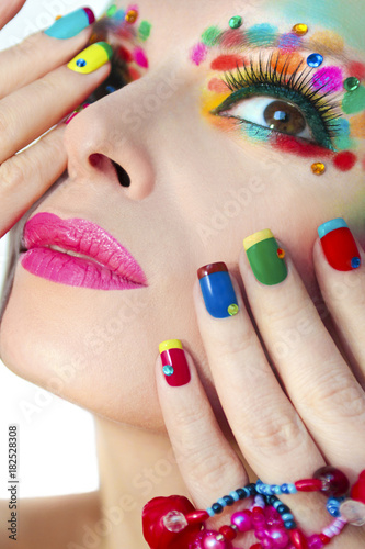 Keuken foto achterwand Manicure Разноцветный яркий макияж и маникюр.