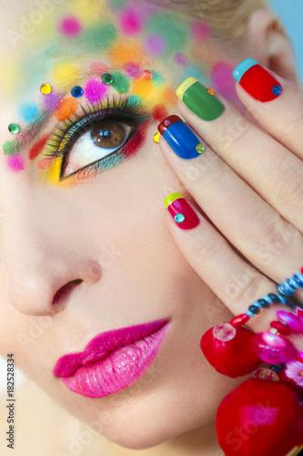 Foto op Canvas Manicure Разноцветный яркий макияж и маникюр.