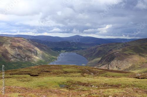 Foto op Aluminium Blauwe hemel highlands