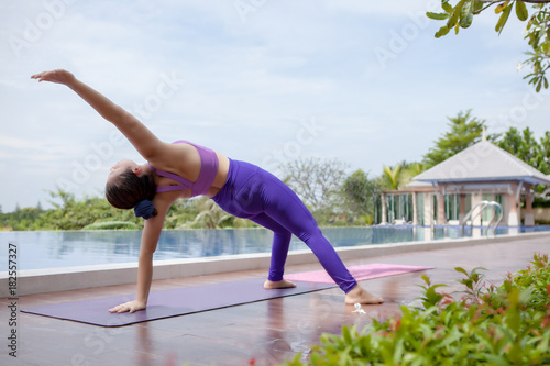 Aluminium School de yoga woman playing healthy yoga beside outdoor swimming water pool