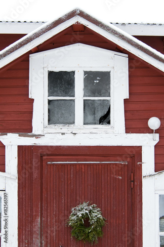 Foto op Plexiglas Bordeaux red traditional house in snow landscape Finland