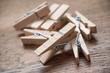 détail pince à linge sur table en bois - 182576580