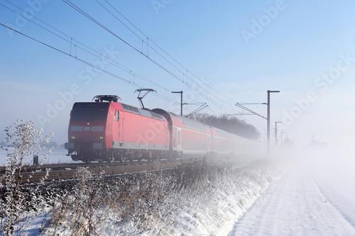 Fotobehang Spoorlijn Doppelstockzug im Schnee