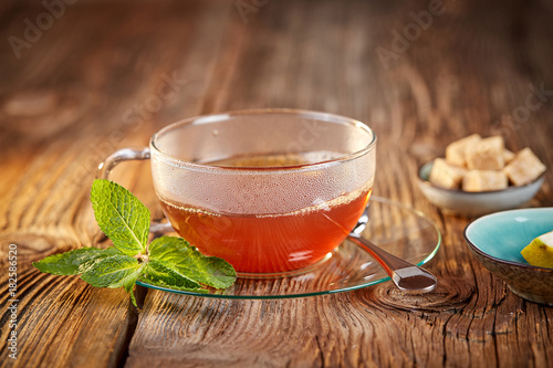 Papiers peints The Hot tea in glass teacup with mitn and brown sugar cubes