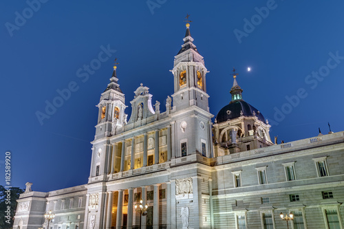 Papiers peints Madrid The famous Almudena cathedral of Madrid at dusk