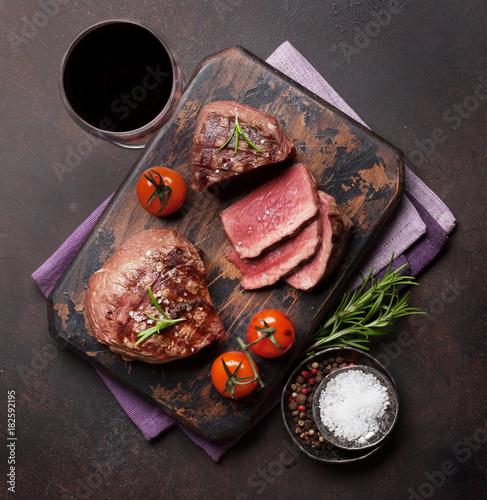 Fotobehang Steakhouse Grilled fillet steak with wine